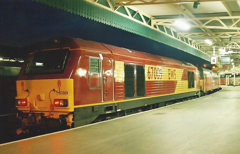 On a duty the class 67's were brought for, mail trains. 67009 stands at Bristol Temple Meads on 11 May 2000 with the 1M65 1915 Plymouth - London.