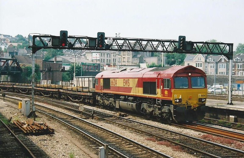 The 6M86 1059 Margam - Dee Marsh passes Newport behind 66214 on 28 June 2000.