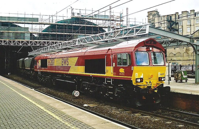 A sparkling 66207 passes North through Newcastle Central on 28 March 2000 on a MGR. She had been in the country for less than a week when this image was taken.