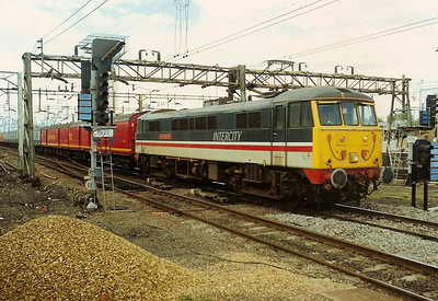 86234 J.B.Priestley O.M leaves Bletchley goods loop as she heads through the station on an assortment of mark 1 and TPO vehicles on 11 August 1989.