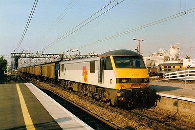 90147 leads a freight south through Bletchley on 20 September 1991.