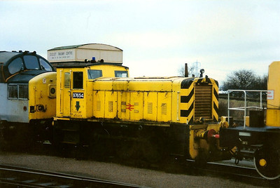 97654 is seen arriving into Didcot Yard in the formation of an engineers working behind 37137 on 15 January 1994.