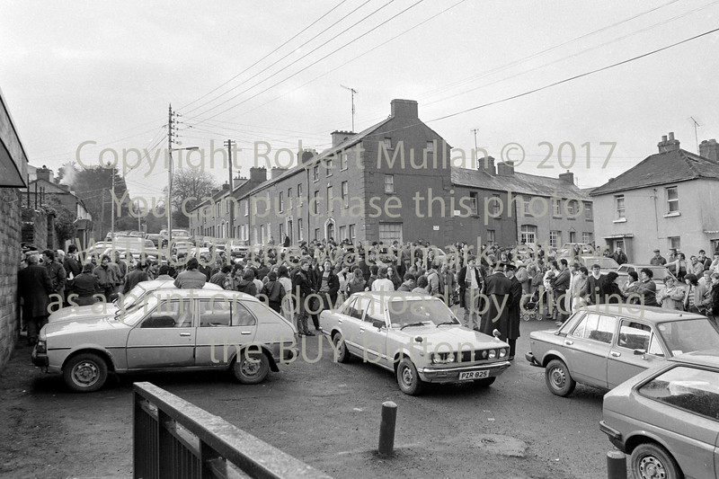 Crowds at Wicklow Courthouse in 1986 where a man was charged with the murder of 64-year-old Margaret Nolan at her home in Kilbride.  Date 1986