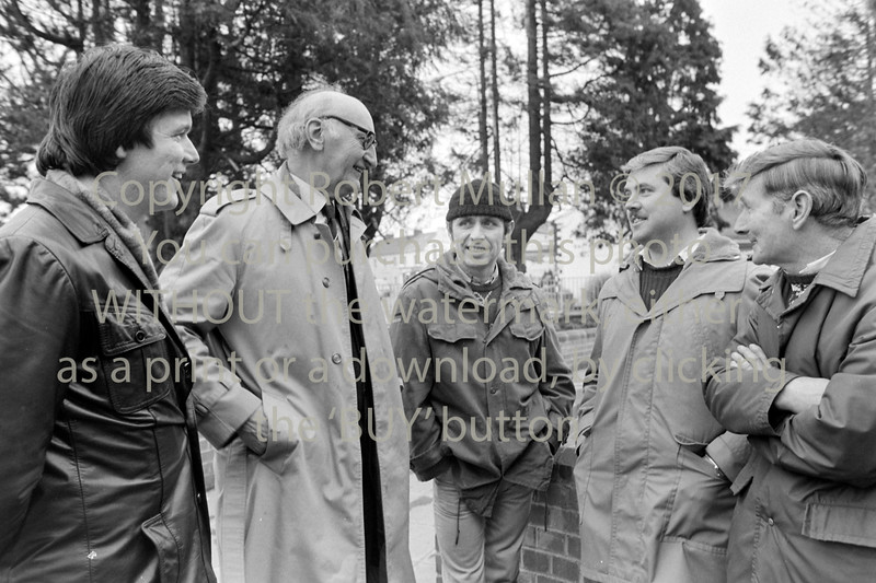 Tomas Mac Giolla talking to workers from Veha - 1985