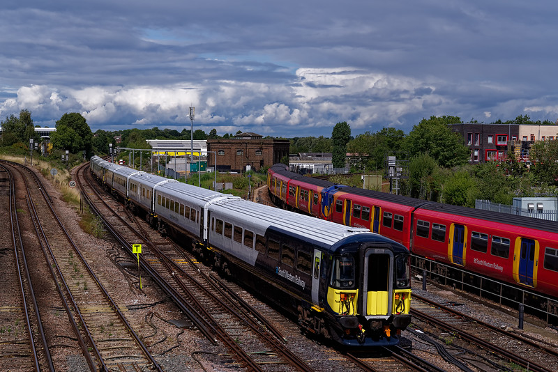 442417 and 442413 approaching Guildford, working 9P37, the 13:00 Waterloo - Portsmouth Harbour. 19th August 2019.