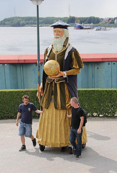 04/08/2012 - Officiële eerste ontmoeting tussen de reuzen Keizer Karel I en Mercator