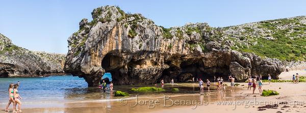 Durante la marea baja la playa de Cuevas (en Nueva, Asturias) desvela sus arcos y cuevas. Tomada con la Olympus e-m5 y el pana-leica 25mm. Procesada en Lightroom.