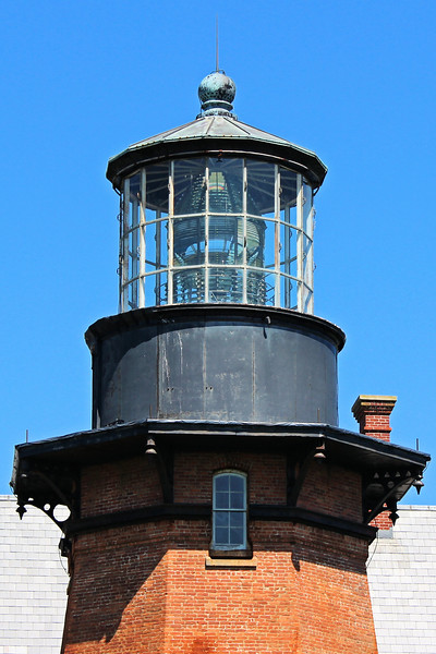 The unusual 16 sided lantern housed a six panel 1st Order Barbier and Fenestre Fresnel lens which showed a fixed white light visible for 22 miles.