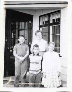 1956-08-06 Nana (Jasmine Mieras), John, Sue & Greg