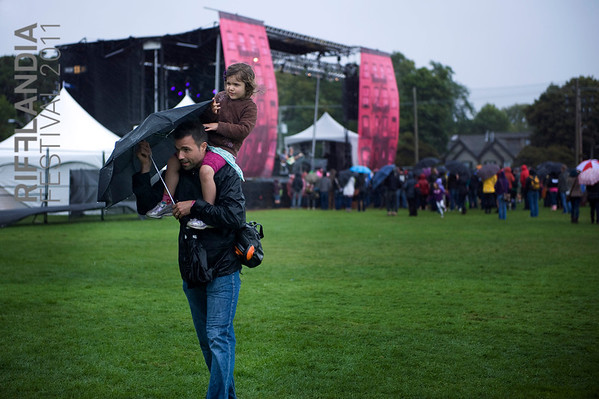 Festival-Goers brave the rain.  Sami Barker (www.samibarker.com)