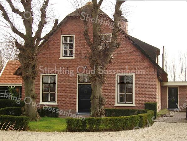 RM016  Rijksstraatweg 60 - boerderij 'De Bonte Koe'<br /> <br /> Deze boerderij dateert uit het midden van de 17de eeuw. Het is het type langhuis, zoals zoveel boerderijen in Zuid-Holland. Ook deze boerderij is recentelijk gerestaureerd.<br /> <br /> Meer informatie is te vinden in 'Monumenten in Sassenheim', een uitgave van de Stichting Oud Sassenheim.
