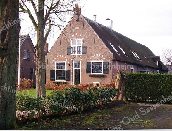 RM014    Rijksstraatweg 71  - boerderij 'Schoonewegen'     <br /> <br /> Deze boerderij, die uit 1645 dateert, is recentelijk gerestaureerd en is van het type langhuisboerderij. Dat wil zeggen: het woongedeelte ligt vooraan en de bedrijfsruimten zijn er meteen aangebouwd zonder een apart overgangsgedeelte. De voordeur met het hoge bovenlicht ligt in het midden van de voorpui. <br /> <br /> Meer informatie is te vinden in 'Monumenten in Sassenheim', een uitgave van de Stichting Oud Sassenheim.