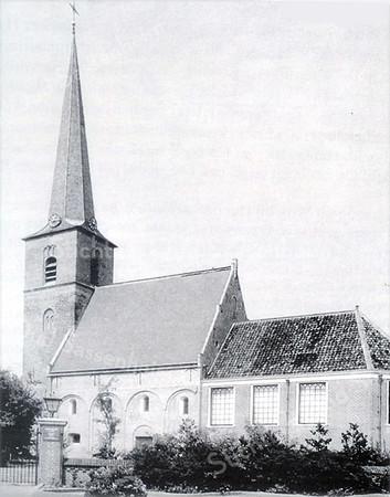 RM007  Nederlands Hervormde Kerk, thans Dorpskerk (vroeger St. Pancratius)     <br /> <br /> Vermoedelijk stond er oorspronkelijk in het gehucht Saxnem een houten kapelletje op een zandduin dat in een charter van vóór 1063 al vermeld staat. In de 12de  eeuw werd dat kapelletje vervangen door een kleine één-beukige Romaanse zaalkerk van tufsteen. Tufsteen is afkomstig uit de Eiffel in Duitsland en werd over de Rijn per boot aangevoerd. Het is vrij licht van gewicht en zacht van structuur en is daarom gemakkelijk te bewerken. Aangezien Sassenheim en Leiden in de 12de eeuw onder het gezag van de Utrechtse bisschop vielen, is de kans groot dat daar de opdracht tot de bouw van deze kerk vandaan kwam. Ook het Utrechtse Sint Pancras Patrocinium verwijst naar de St. Pancratius kerk. <br /> <br /> Meer informatie is te vinden in 'Monumenten in Sassenheim', een uitgave van de Stichting Oud Sassenheim.