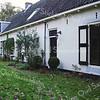 RM006 Baron van Heemstralaan 15 -  Stalgebouw bij de boerderij ' 't Kraaiennest'<br /> <br /> Dit witgeverfde bakstenen gebouw dat op het terrein staat van 'Huis ter Leede', bestaat uit een lange vleugel en korte vleugel. Het dateert uit de tijd van na de brand, dus na 1861. <br /> Bij de paardenstal was een woning voor de koetsier aanwezig. In de kopse kant is een dubbele openslaande deur geplaatst. <br /> <br /> Meer informatie is te vinden in 'Monumenten in Sassenheim', een uitgave van de Stichting Oud Sassenheim.