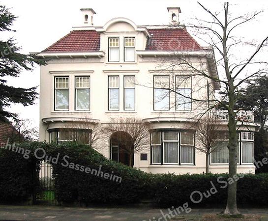 RM012  Hoofdstraat 153  - villa 'Anna Margaretha' <br /> <br /> Deze villa is in 1915 gebouwd door aannemer J.E. Dijkstra voor Hans Speelman in de stijl van de Wiener Secession. Het ontwerp was van de architecten Van Nes en Tol uit Boskoop. Zij bouwden het huis voor fl. 12.118.-- en hielden er nog fl. 1.094,95 aan over. Het gereedgekomen huis mocht in augustus 1910 bewoond gaan worden, mits er aan de achterkant van het perceel een hek kwam en er een huisnummer werd geplaatst.<br /> <br /> Meer informatie is te vinden in 'Monumenten in Sassenheim', een uitgave van de Stichting Oud Sassenheim.