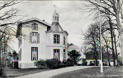 RM003 Ter Leedelaan - 'Huis Ter Leede'   <br /> <br /> Vermoedelijk is het 'Huis Ter Leede', gelegen op de grens van zandgrond en moeras aan een stroompje de Leede geheten, in een ver verleden ooit gebouwd als een woonburchttoren zoals 'Dever'. De vroegste vermelding is uit 1322, als Dirk van Zassenem zijn (leen)goed opdraagt aan Willem III, de graaf van Holland. In 1420 werd bij de Leidse Hoekse- en Kabeljauwse Twisten deze woontoren verwoest of gesloopt.  <br /> Er was in 1421 al wel sprake van een boerderij en in 1553 werd er nogmaals een boerderij vermeld. Weer later heeft men het over de 'Oude Hofstede'. <br /> <br /> Meer informatie is te vinden in 'Monumenten in Sassenheim', een uitgave van de Stichting Oud Sassenheim.