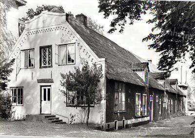 RM004  Baron van Heemstralaan 9-11 -  Boerderij ' 't Kraaiennest' <br /> <br /> De voorkant van deze boerderij werd in 1861 ook beschadigd bij de brand. Daarna is het in korte tijd hersteld en bij de laatste restauratie witgepleisterd. In de voorpui zijn beneden twee vensters: links een dubbel venster en rechts een driedelig venster, de voordeur zit in het midden. Op de etage zijn twee dubbele vensters geplaatst aan weerskanten van een enkel venster in het midden.<br /> <br /> Meer informatie is te vinden in 'Monumenten in Sassenheim', een uitgave van de Stichting Oud Sassenheim.