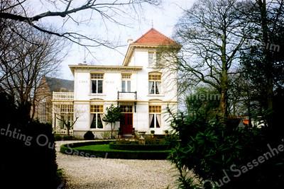 RM010  Hoofdstraat 159  - villa 'Casa Reale' <br /> <br /> Dit enorme woonhuis is in 1894 door Eduard Cuypers ontworpen voor Gerard Kruijff, zoon van de bewoner van 'Het Oude Koningshuys' ter gelegenheid van zijn huwelijk. De naam 'Casa Reale' stamt van een 17de eeuwse landgoed dat vlak naast 'Het Oude Koningshuijs' stond. In dit huis zijn Italiaanse invloeden te herkennen. Het huis bestaat uit één deel met drie verdiepingen, een deel met twee verdiepingen met een plat dak, en een grote serre. <br /> <br /> Meer informatie is te vinden in 'Monumenten in Sassenheim', een uitgave van de Stichting Oud Sassenheim.