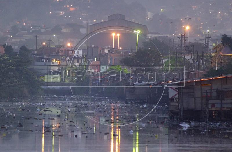 A river of sewage flows past a slum into the Guanabara Bay in Rio de Janeiro.(Australfoto/Douglas Engle)