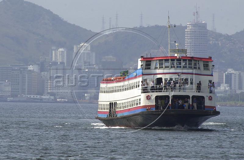 A ferryboat crosses the Guanabara Bay towards Rio de Janeiro from Niteroi.(Australfoto/Douglas Engle)