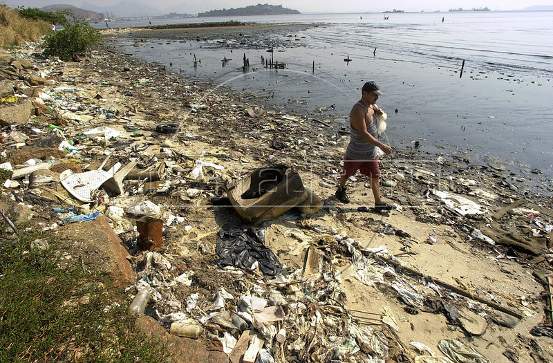 A fisherman walks on the polluted banks of the Guanabara Bay.(Australfoto/Douglas Engle)