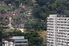 A view of the Vila Alice slum, left, and the condominium building, right, which wants it removed in Rio de Janeiro, Brazil, Oct. 26, 2005. (Foto/Douglas Engle/Australfoto)