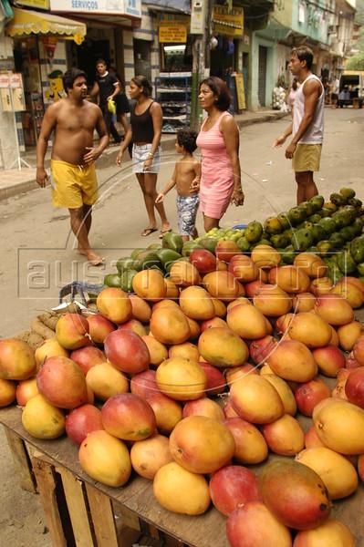 A street market in the Rocinha slum in Rio de Janeiro (Foto/Douglas Engle/Australfoto)