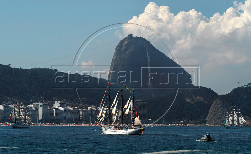 """Sailboats """"Gloria"""", left, of Colombian Navy, """"Sagres"""", center, of Portuguese Navy, and Brazilian """"Cisne Branco"""", right, take part in maritime parade to celebrate the Brazil's Independence day in front of Copacabana beach, Rio de Janeiro, Brazil, Sep. 7, 2007. (Australfoto/Renzo Gostoli)"""