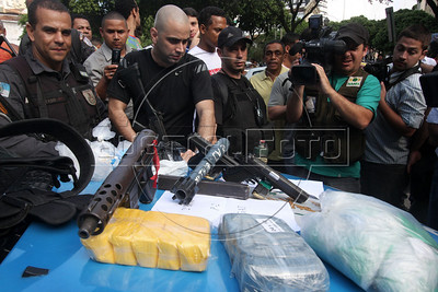 Rio de janeiro State Police Police (PMERJ) show captured weapons and drugs to the press after a shootout in Rio de Janeiro, Brazil, Oct. 21, 2009. (Douglas Engle/Australfoto)
