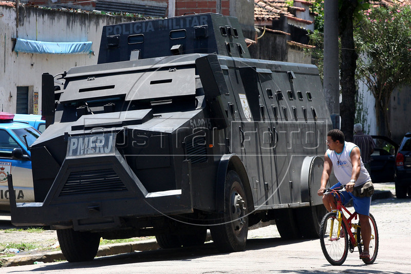 Police Patrol the streets near the Morro dos Macacos slum in Rio de Janeiro, Brazil, Oct. 18, 2009, one day after a major battle in which ate 14 people were killed. (Australfoto/Douglas Engle)