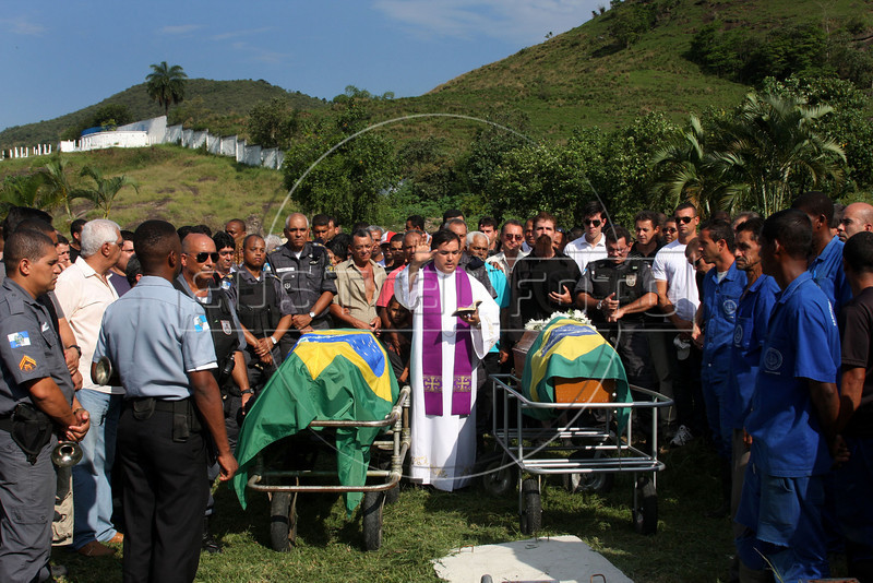 Friends, family and comrades pay their last respects to fallen Rio de Janeiro Stae Police officers at the Jardim da Saudade cemetery in Rio de Janeiro, Brazil, Oct. 18, 2009. The two officers were killed in a helicopter crash Oct. 17 during a major battle against drug traffickers, which left at least 14 dead. (Australfoto/Douglas Engle)