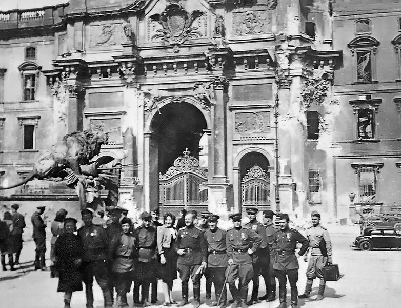 Майор Михаил Николаевич Мельгунов с группой других воинов-освободителей
