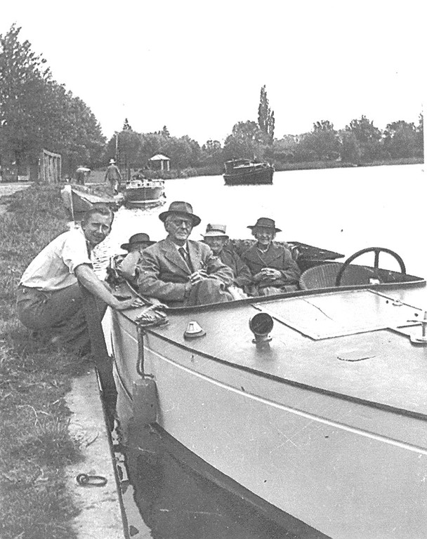 <font size=3><u> - Men in Motorboat on Thames - </u></font> (BS0417)  Any clues to identities?.