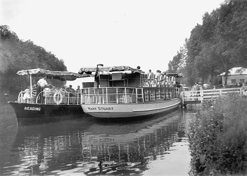 <font size=3><u> - Salter's Passenger Steamers - </u></font> (BS1124)  The steamer landing stage was opposite the present café .  Later it was at Rivermead, just opposite the present paddling pool.