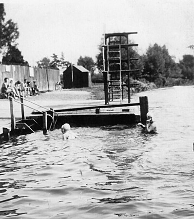 <font size=3><u> - Bathers on Thames - </u></font> (BS0258)  Benson Wharf - late 20's.  See also BS0177 above.  The wall fenced off the old Coal Wharf offices until turned into a pleasure area illustrated at BS0002 above.