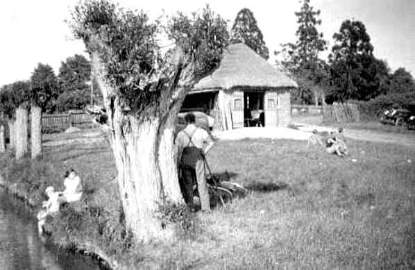 <font size=3><u> - Beasley's Cottage - </u></font> (BS0138)  See also BS0210.   Later purchased by Frank Young and used as a boat shed.  Eventually demolished in 1962.