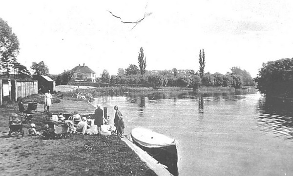 <font size=3><u> - A bathing party on the bank of the Thames - </u></font> (BS0357)  Date and participants unknown?