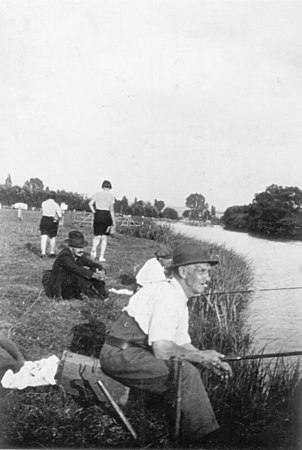 <font size=3><u> - Fishing on Thames - </u></font> (BS0257)  George Lane fishing - late 40's