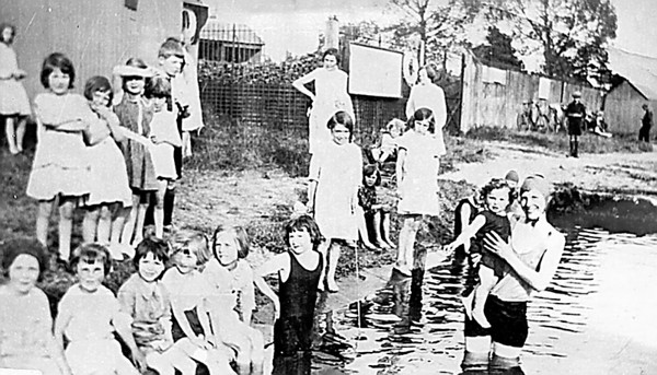 <font size=3><u> - Children swimming in Thames - </u></font> (BS0348)  Could it be a swimming lesson?