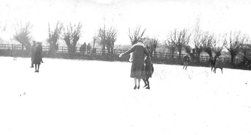<center><font size=3><u> - The frozen Thames in 1930 - </u></font> (BS0433)