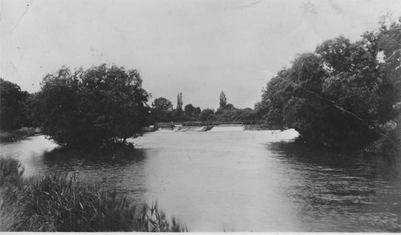 <font size=3><u> - Distant View of Weir - </u></font>(BS0032) Looking upstream (postcard RAP Co London)