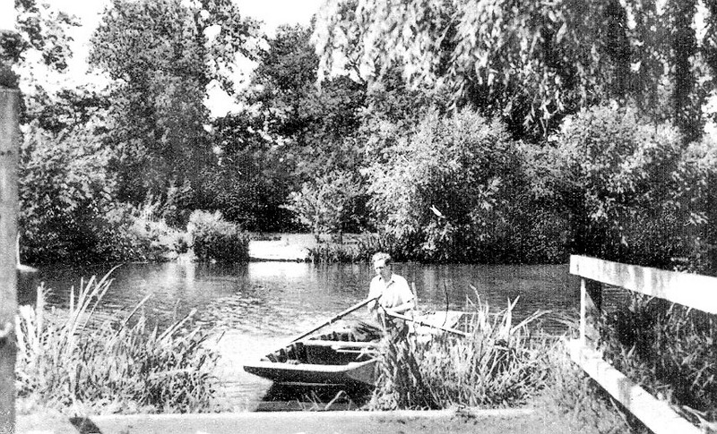 "<center><font size=3><u> - Benson Ferry (c1953) - </u></font> (BS0495)  The lock-keeper casts off from what is nowadays  the ""public footpath that leads nowhere"", located between the modern houses about 100m south of where Benson Brook enters the Thames.."
