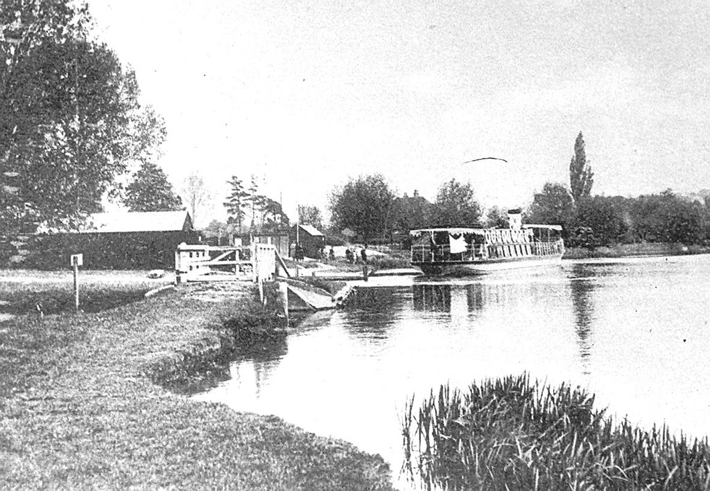 <font size=3><u> - Water meadow and Steamer - </u></font>(BS0401)  The water meadow before being covered with silt.  The bridge crossed the creek which was later filled in and replaced by the present slipway.