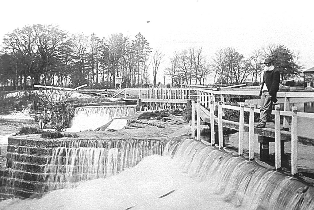 <center><font size=3><u> - Benson weir in the 1890s - </u></font> (BS0403)  One of the earliest views of Benson Lock, thought to be late XIXth Century.