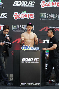 Oh Ho-Tak at the weigh-in for Young Guns 14