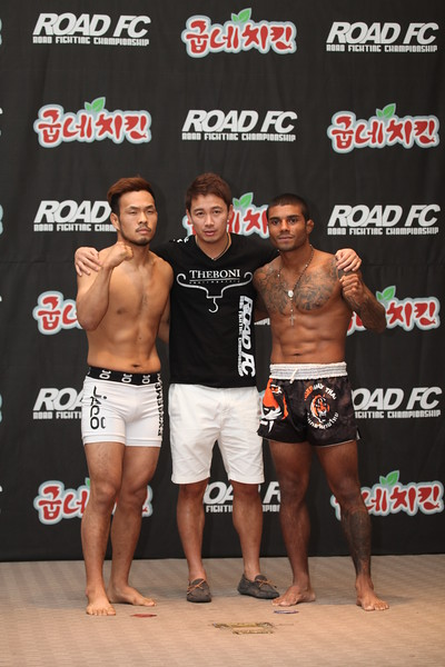 Bruno Miranda and Lee Kwang-Hee at the Weigh-in