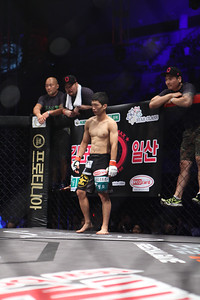 Song Min-Jong waiting for his opponent