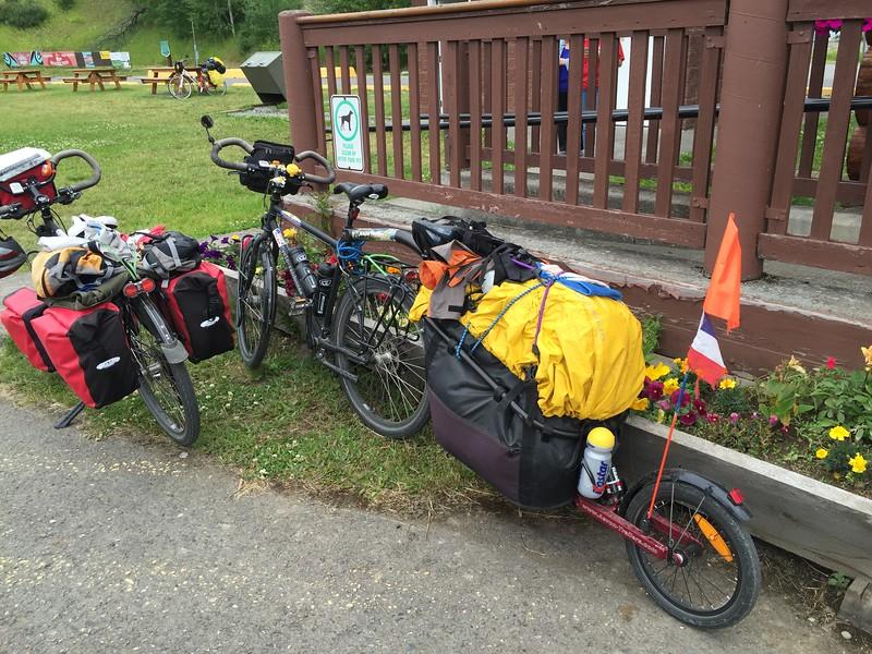 Byciclist (3) making way from Alaska to Utah