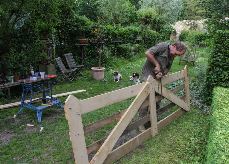 Making entrance gates from chestnut wood