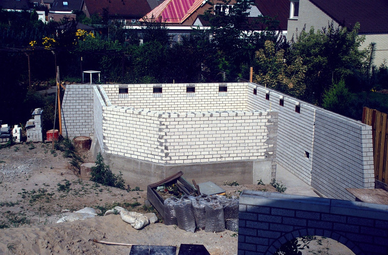 walls with ventilation gaps are ready (construction rock garden 1991)